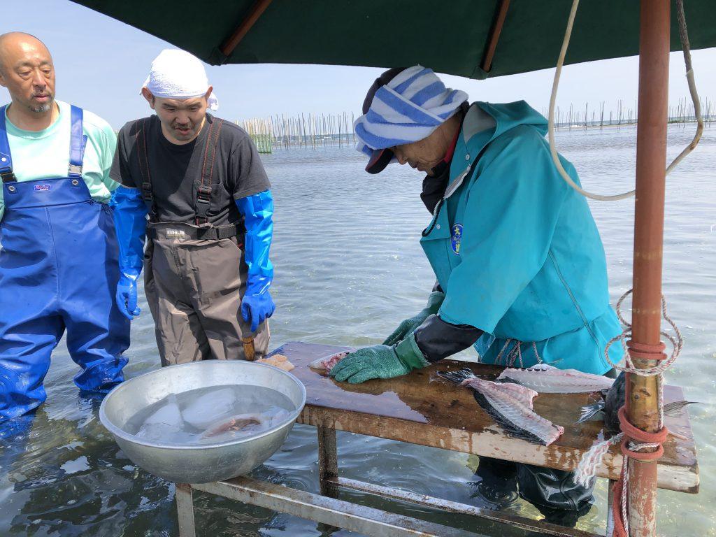 獲れたての魚をその場でさばいてくれる漁師さん